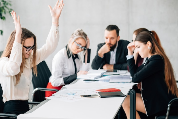 Promotion rapide. concurrence contraire à l'éthique. envie de collègues lors d'une réunion d'entreprise en regardant un collègue heureux.