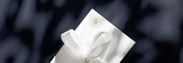 Promotion de vente de magasin de célébration d'anniversaire et concept de surprise de luxe coffret cadeau blanc de vacances de luxe
