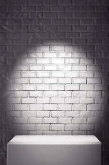 Promotion white stand devant le mur de briques