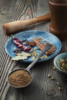 Promotions colorées sur la table. poudre indienne de garam masala et ses ingrédients épices colorées.