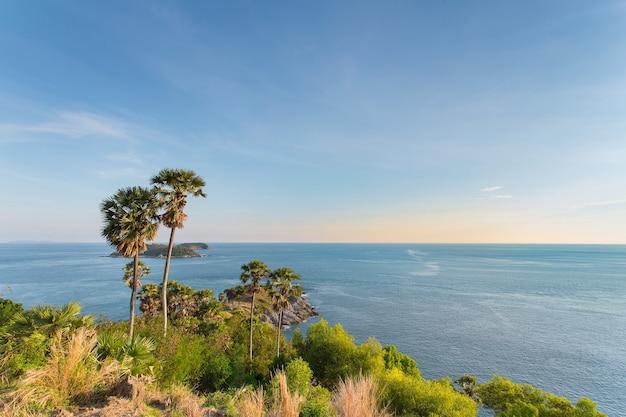 Promthep cape phuket en thaïlande il a des îles vertes de montagne et une mer bleue