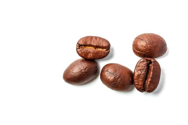 Une propagation des grains de café isolés sur fond blanc et espace de copie