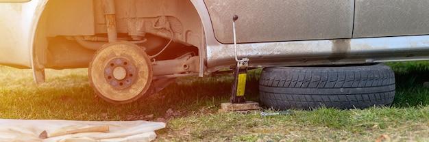 Propre réparation du frein à tambour de voiture lui-même. réparation de frein à tambour de voiture cassé démonté à l'extérieur. bannière. éclater