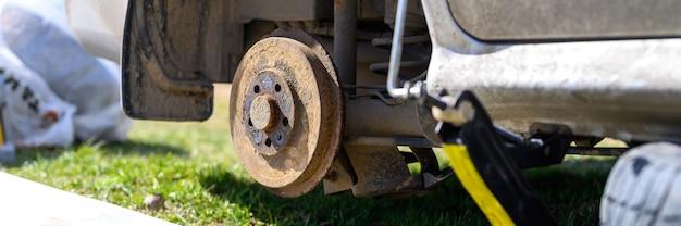 Propre réparation du frein à tambour de voiture lui-même. réparation de frein à tambour de voiture cassé démonté à l'extérieur. bannière