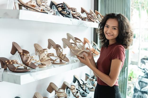 Propriétaire d'une boutique de mode dans sa boutique