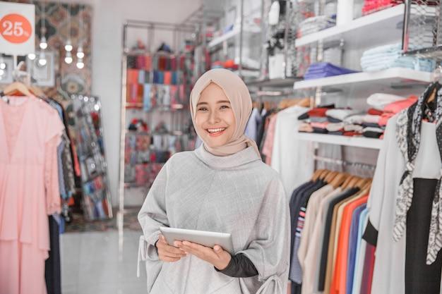Propriétaire d'une boutique de mode musulmane avec tablette