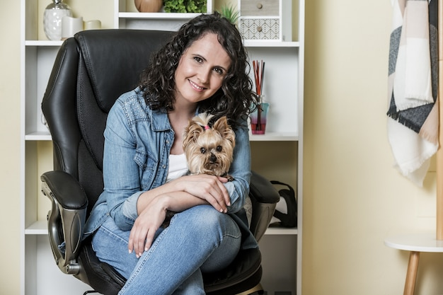 Propriétaire de chien femelle dans le bureau à domicile