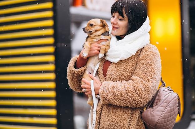 Propriétaire de chien heureux avec petit animal de compagnie