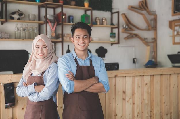 Propriétaire de deux cafés debout avec les bras croisés