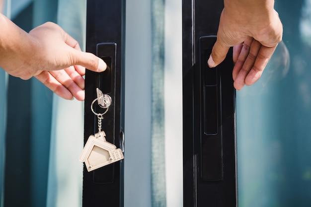 Le propriétaire déverrouille la clé de la maison pour la nouvelle maison