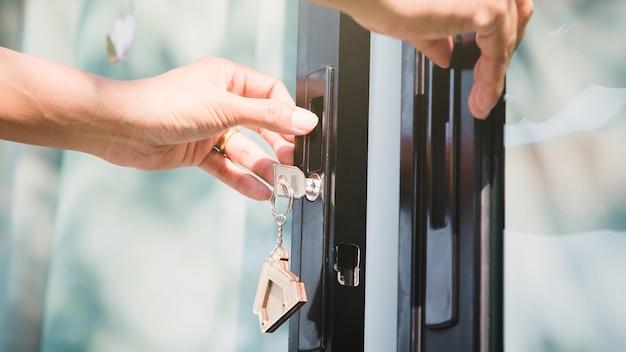 Le propriétaire déverrouille la maison dor avec la clé