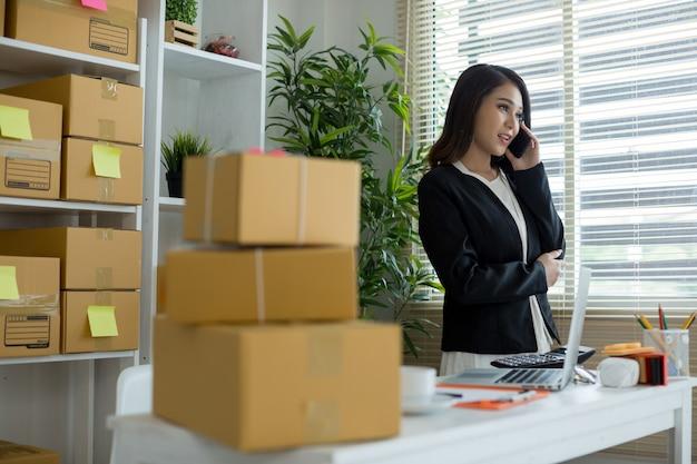 Propriétaire d'entreprise travaillant au bureau à domicile