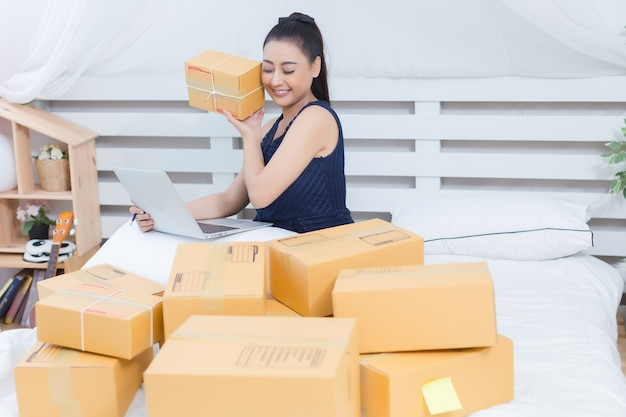 Propriétaire d'entreprise travaillant avec des boîtes