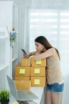 Propriétaire d'entreprise travaillant à l'emballage de bureau à domicile