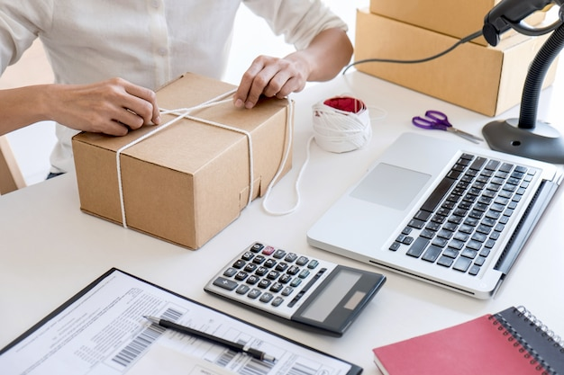 Propriétaire d'entreprise vérifiant sa commande avant d'envoyer le client au bureau de poste