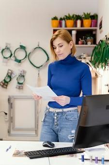 Propriétaire de femme d'affaires travaillant