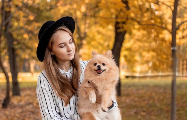 Propriétaire de fille avec son chien sur les mains