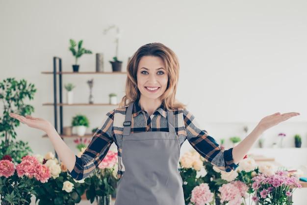 Propriétaire de magasin de fleurs posant entouré de fleurs