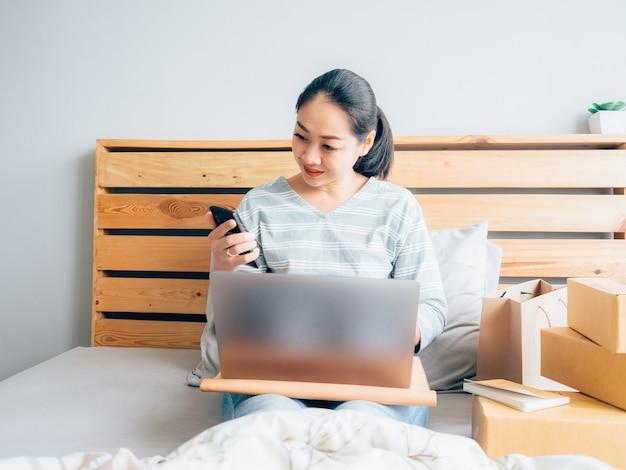 Propriétaire de magasin en ligne heureux femme recevant la commande du client.