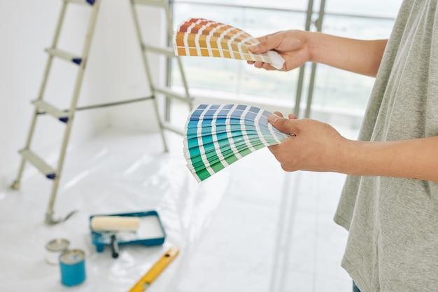 Le propriétaire de la maison choisit la couleur des murs
