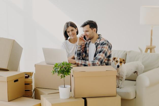 Propriétaire occupé appelle le service de livraison via smartphone