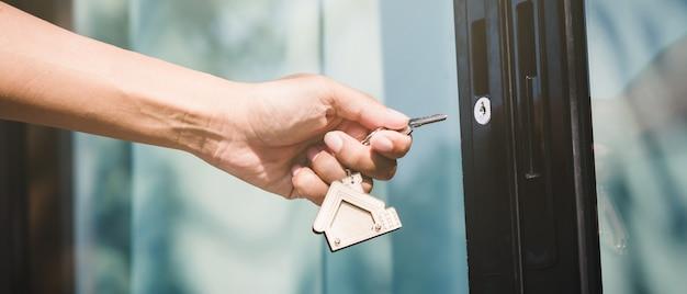 Le propriétaire ouvre la clé de la maison pour une nouvelle maison