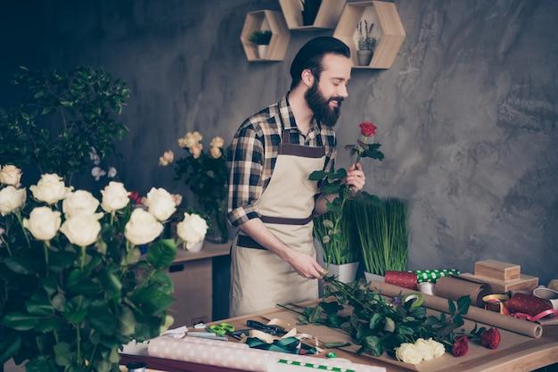 Propriétaire de petite entreprise dans son magasin de fleurs
