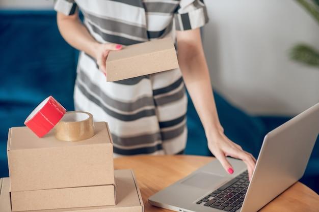 Propriétaire de petite entreprise occupée travaillant sur son ordinateur portable