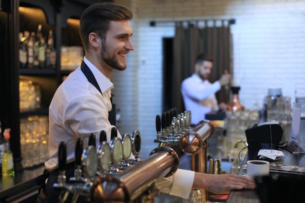 Propriétaire de petite entreprise travaillant dans son café.