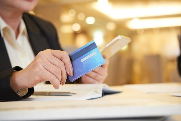 Propriétaire de restaurant féminin payant avec carte de crédit