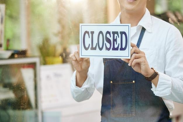 Propriétaire de restaurant fermant la porte