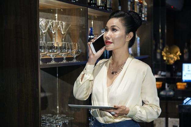 Propriétaire de restaurant parlant au téléphone