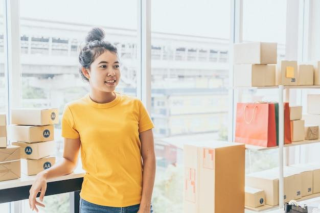 Propriétaire travaillant à la maison avec boîte d'emballage