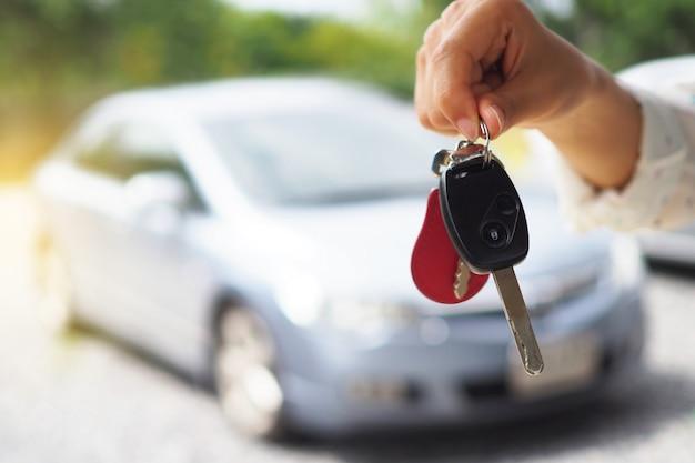 Propriétaire de voiture donnant les clés de la voiture