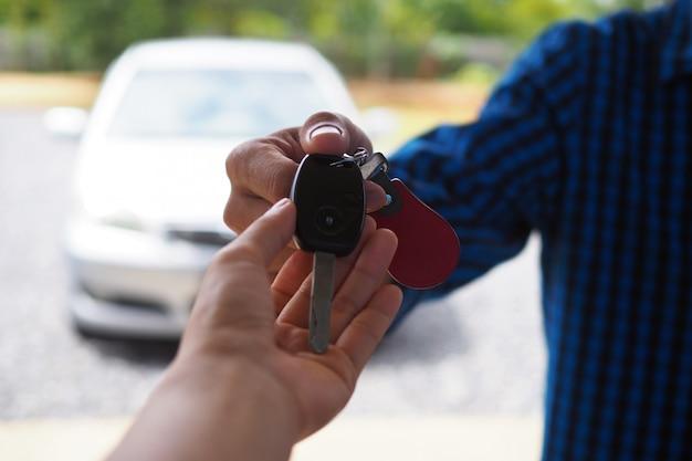 Le propriétaire de la voiture envoie les clés de la voiture au locataire