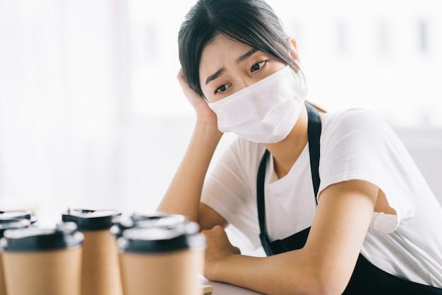 Les propriétaires de cafés asiatiques étaient contrariés parce que leurs magasins étaient fermés en raison des effets de la maladie