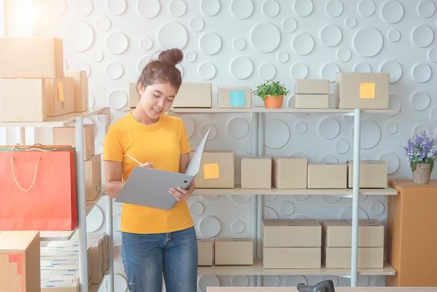 Propriétaires d'entreprises en ligne les femmes asiatiques se sentent mal les ventes en ligne sont en baisse