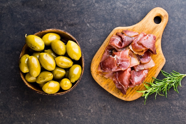 Prosciutto crudo italien ou jambon aux épices, olive, romarin. jambon cru.