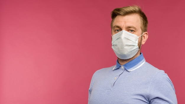 Protection contre les maladies contagieuses, coronavirus. homme portant un masque hygiénique pour prévenir l'infection