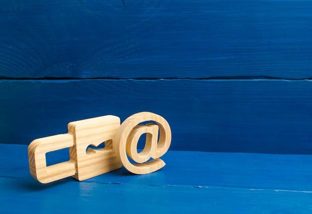 Protection des données et des informations personnelles. attaque de piratage, piratage, virus. poste fiable.