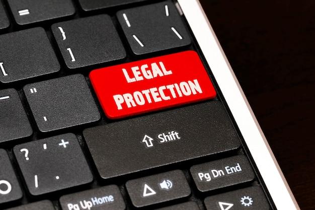 Protection juridique sur le bouton entrée rouge sur le clavier noir.