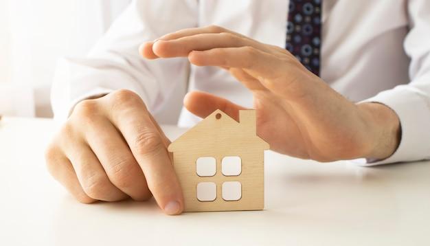 Protection des mains sur la maison - concept de sécurité et de protection à domicile