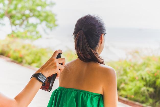 Protection solaire appliquée à la main sur les soins de la peau des épaules.