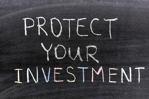 Protégez votre phrase d'investissement manuscrite sur le tableau noir de l'école