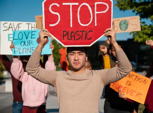 Protestation environnementale avec des gens se bouchent