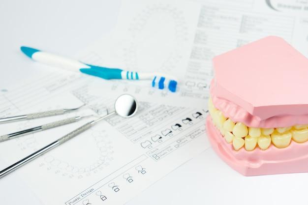 Prothèse dentaire sur blanc