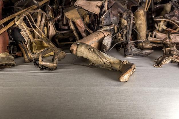 Prothèses dentaires, béquilles de victimes, camp auschwitz ii