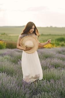 Provence femme détente dans le champ de lavande. dame au chapeau de paille.