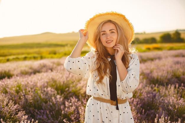 Provence femme détente dans le champ de lavande. dame en robe blanche. fille avec un chapeau de paille.