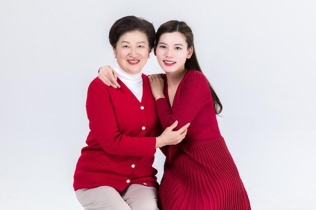 Proximité de la mère et de la fille isolée sur blanc